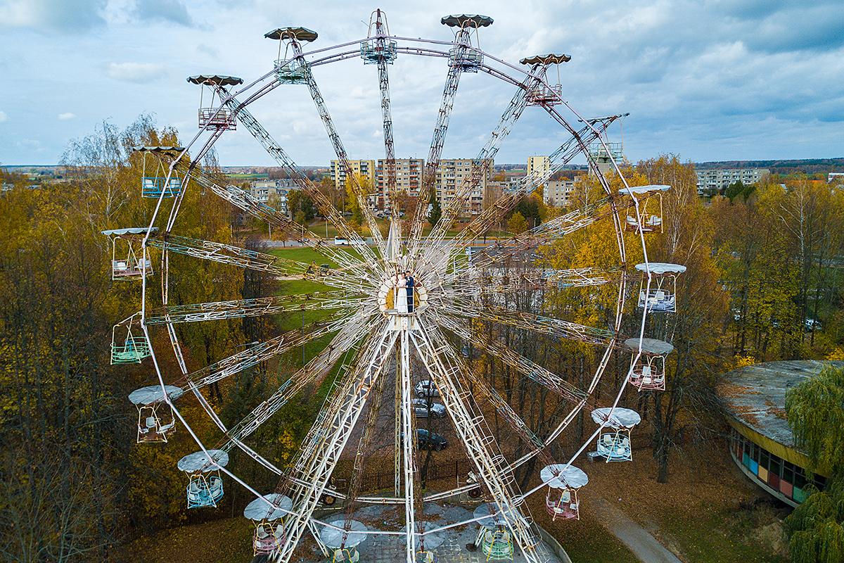 apleistas atrakcionų parkas, apžvalgos ratas, jaunieji, vestuvių nuotrauka, elektrėnai, panorama, atrakcionai