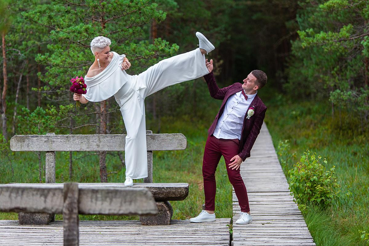 vestuvių nuotrauka, jaunoji spiria, linksma, pažintinis takas, varnikai