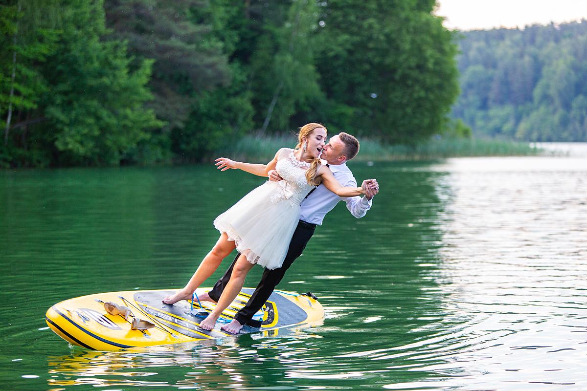 Vestuvių nuotrauka, jaunoji, jaunasis, griūna, ežeras, sup, supai, vandenyje, žalieji ežerai