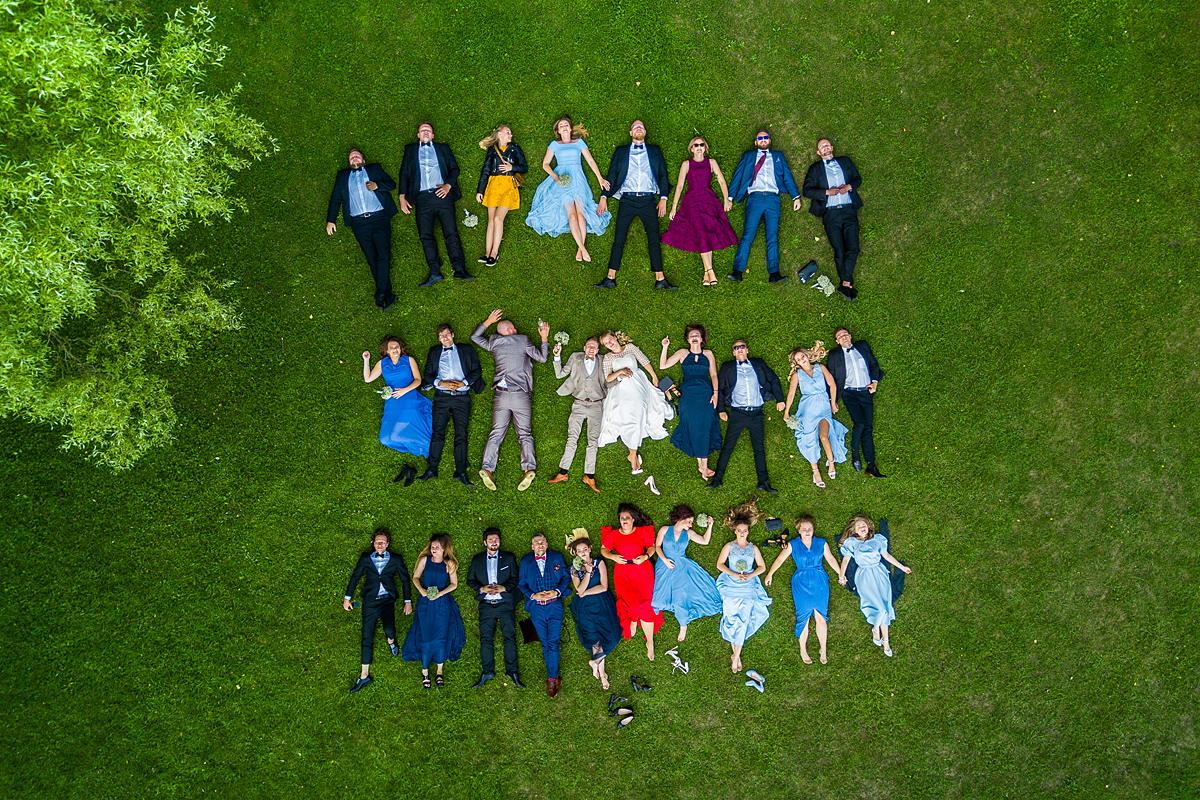 grupinė nuotrauka, vestuvių svečiai, guli, dronas, nuotrauka dronu, vestuvių dalyviai, įdomesnė grupinė vestuvinė nuotrauka