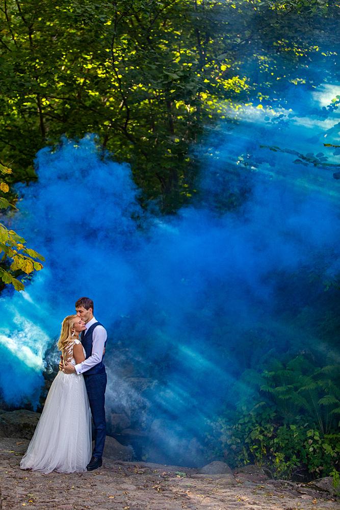 vestuvių nuotrauka, dūmai, jaunieji, laiko jaunąją, saulės spinduliai, gamta, bučinys