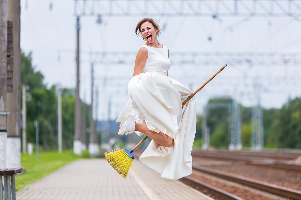 jaunoji, gera nuotaika, šluota, joja ant šluotos, liežuvis, traukinių stotis, skrenda