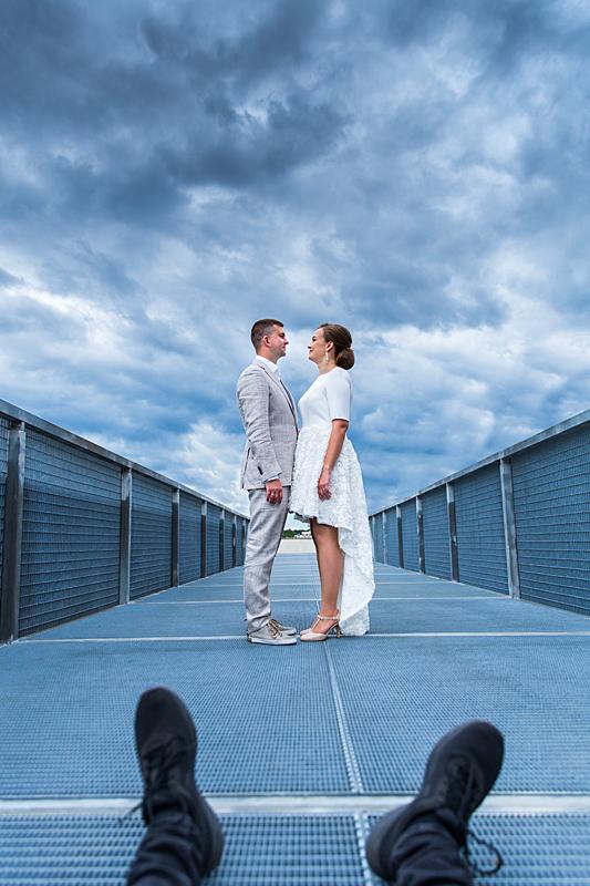 vestuvių fotografo kojos, dangus, jaunieji, vestuvių akimirka, tiltelis, dangus, lietinga