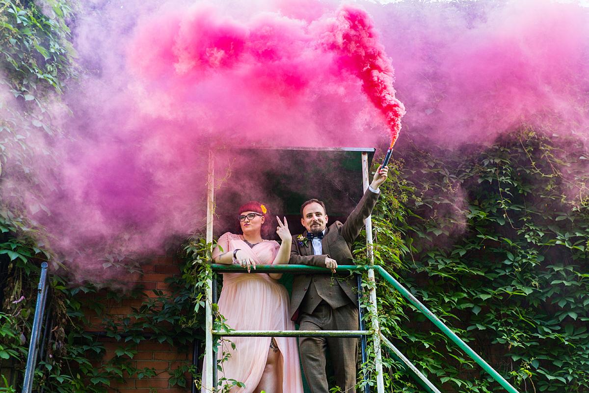 dūmai, spalvoti dūmai, vestuvių akimirka, išraiškinga, netradicinė nuotrauka, vijokliai