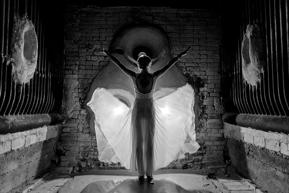 jaunosios suknelė, juodai balta, muziejus, tiulis, poza, fotografas vestuvėms