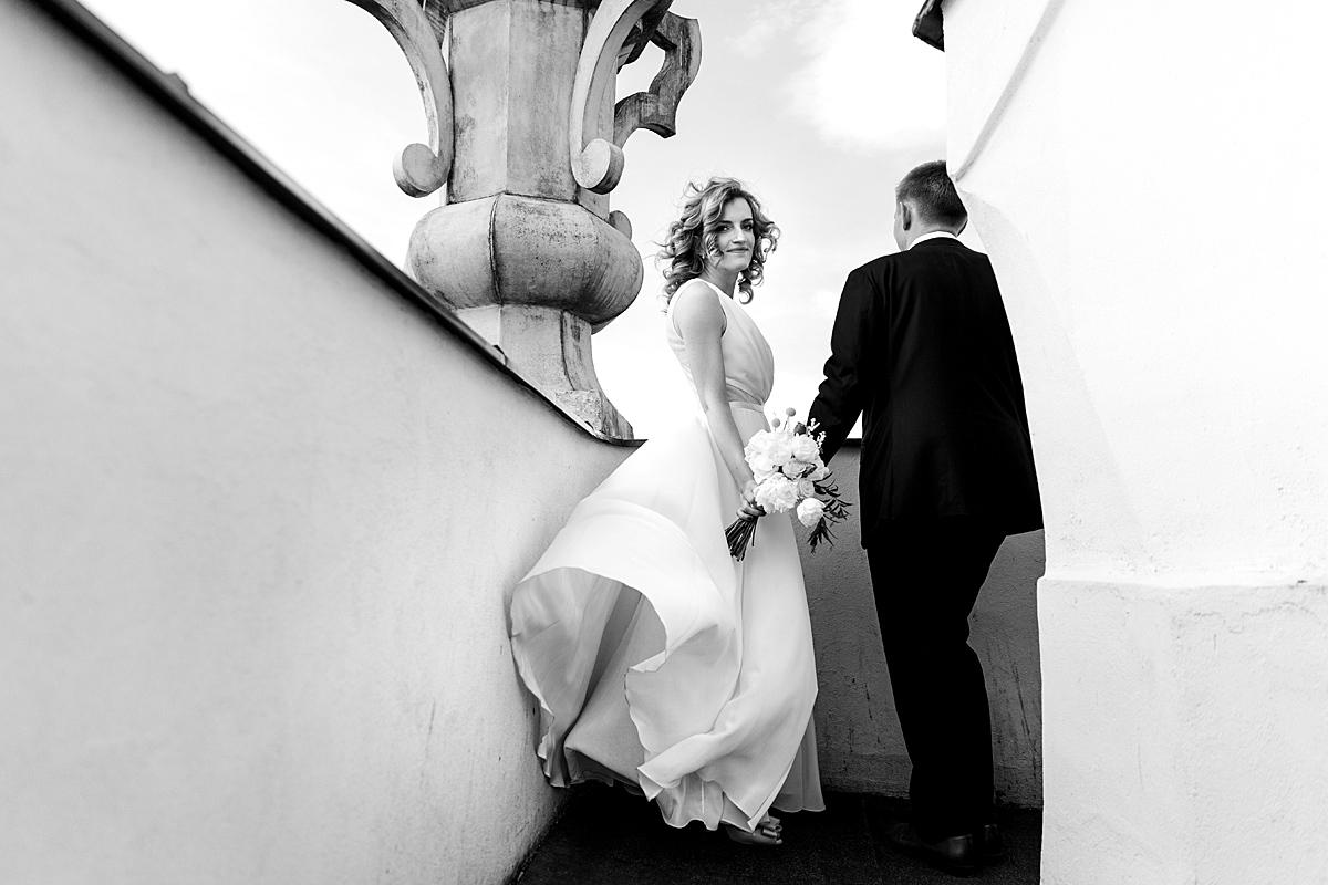 vėjas, jaunosios suknelė, juodai balta, bokšte, žvilgsnis, vestuvinė nuotrauka