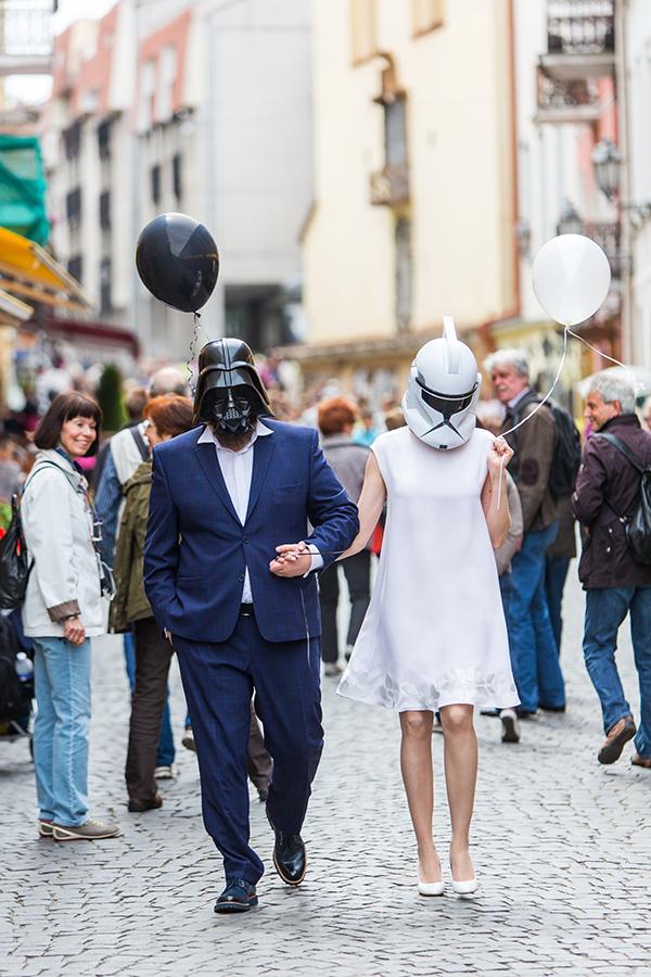 vestuvės star wars tema, pilies gatvė, praeiviai, teminės vestuvės, kaukės, neša balionus