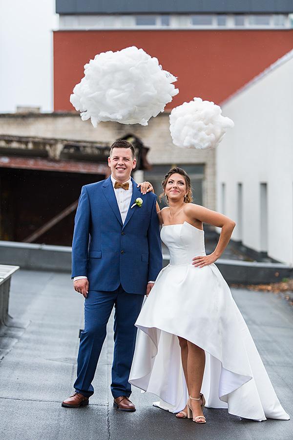 jaunieji, vestuvinė nuotrauka, netikri debesys, stogas
