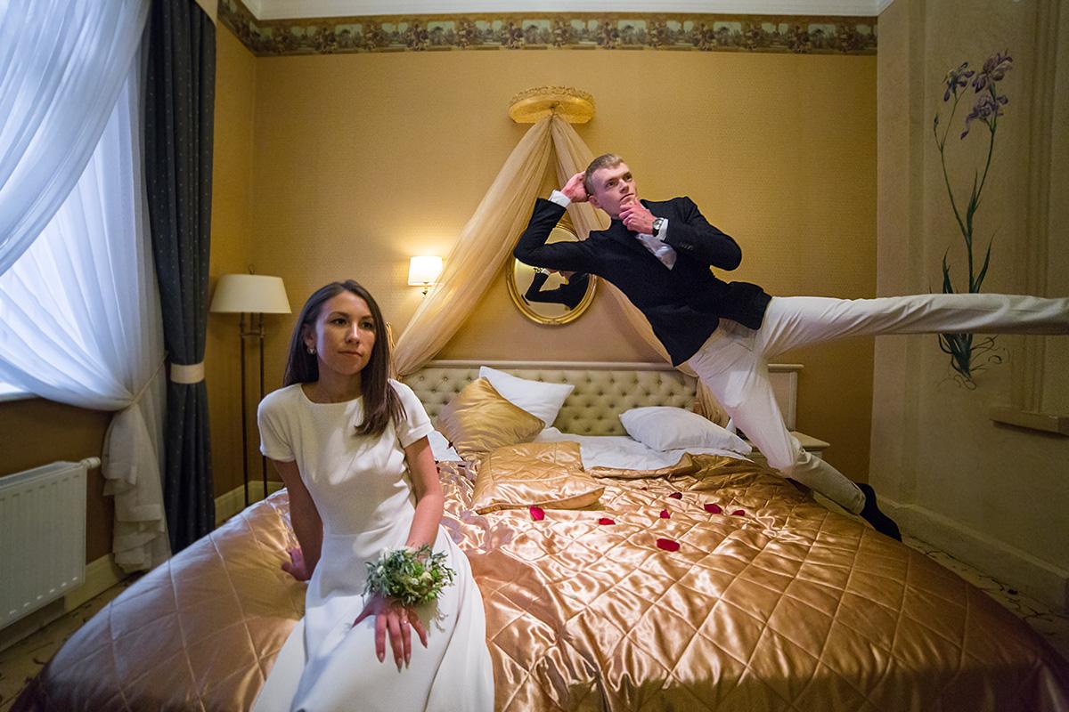 jaunikio šuolis, vestuvių nuotrauka, viešbutis, viešbučio kambarys, lova
