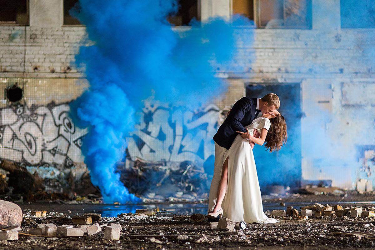 mėlyni dūmai, spalvoti dūmai, bučinys, vestuvinė nuotrauka, vestuvių fotografas Vilniuje