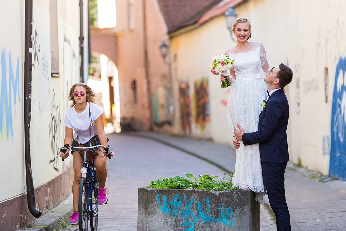 Vilniaus gatvė, vestuvinė fotosesija, jaunieji, dviratis