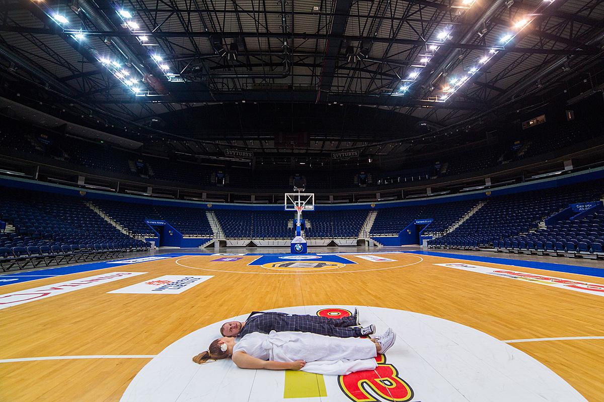 siemens arena, krepšinio arena, vestuvių fotosesija, krepšinis, jaunieji guli, tuščia arena