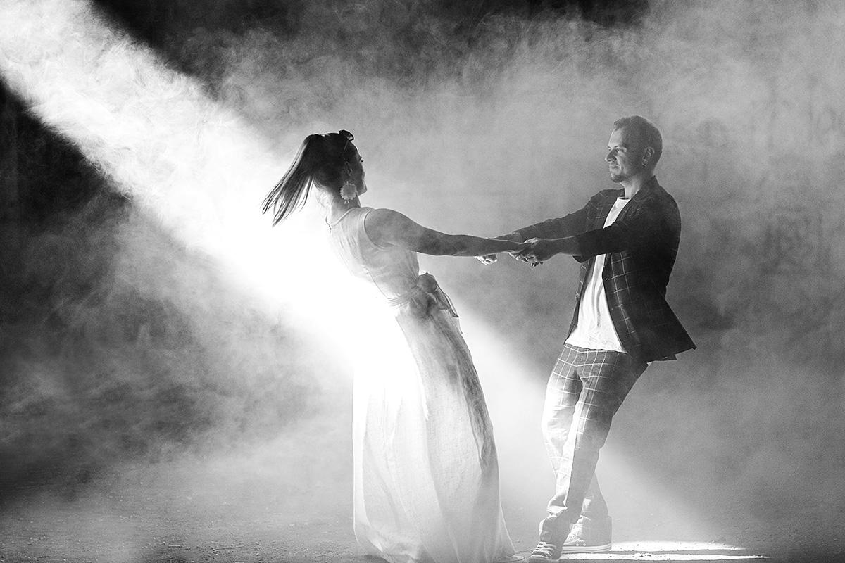 dūmai, vestuvinis šokis, saulės spindulys, įdomus vestuvių fotografas, netradicinė vestuvinė nuotrauka