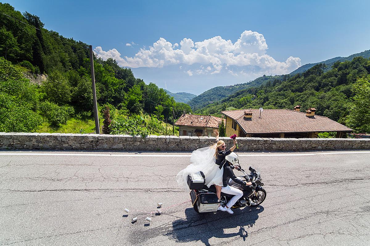 vestuvių nuotrauka, ekstremali fotosesija, kalnai, karšta, italija, nuometas, motociklas, vestuvių fotografas Italijoje
