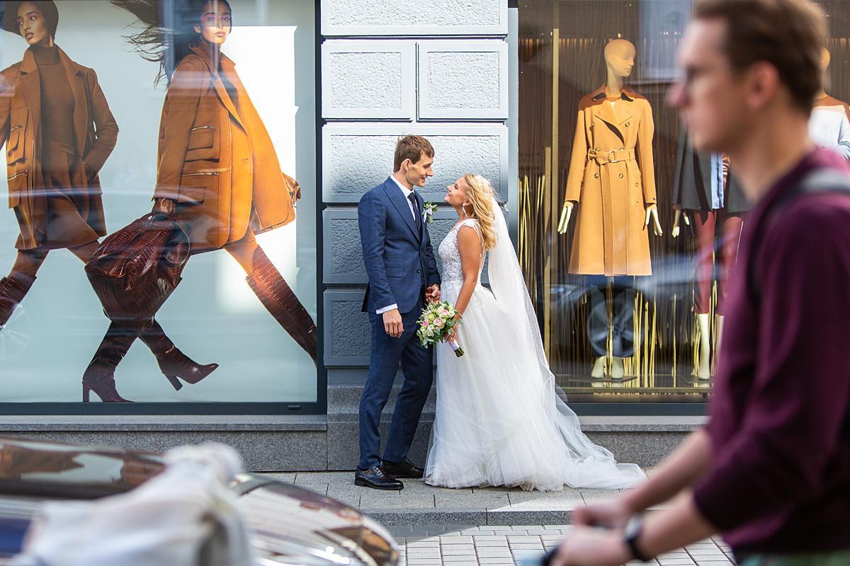 vestuvės Vilniuje, gatvės fotografija, praeiviai, vestuvių fotografas Vilnius, parduotuvės vitrina