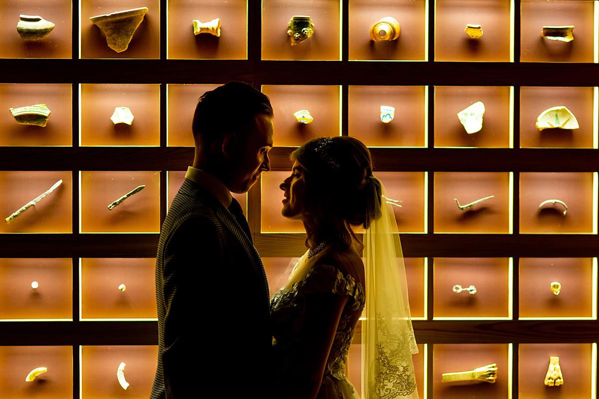 vestuvės muziejuje, jaunieji požemyje, eksponatai, įdomus apšvietimas, šešėliai, kontūrai