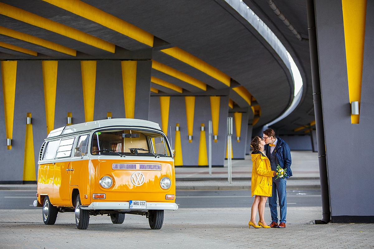 Vestuvių nuotrauka, jaunieji, po tiltu, geltona, Vilnius, volkswagen autobusiukas, vakarinis aplinkkelis