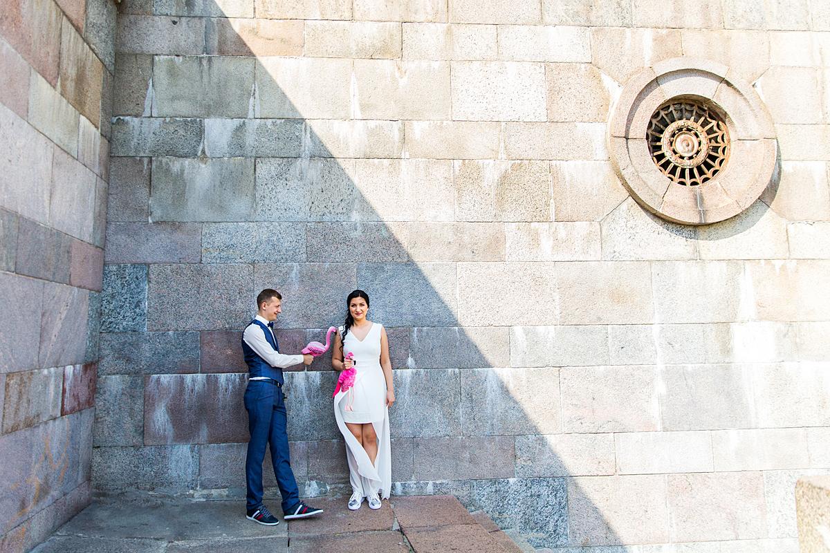 vestuvės Vilniuje, jaunieji pavėsyje, flamingai, saulė, prie žalio tilto