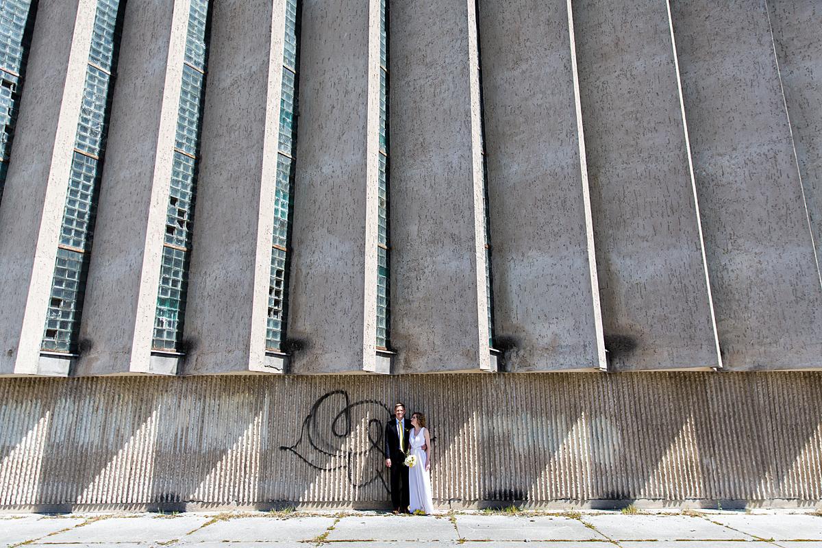 sporto rūmai, architektūra, vestuvių fotosesija Vilniuje, šešėliai, betonas