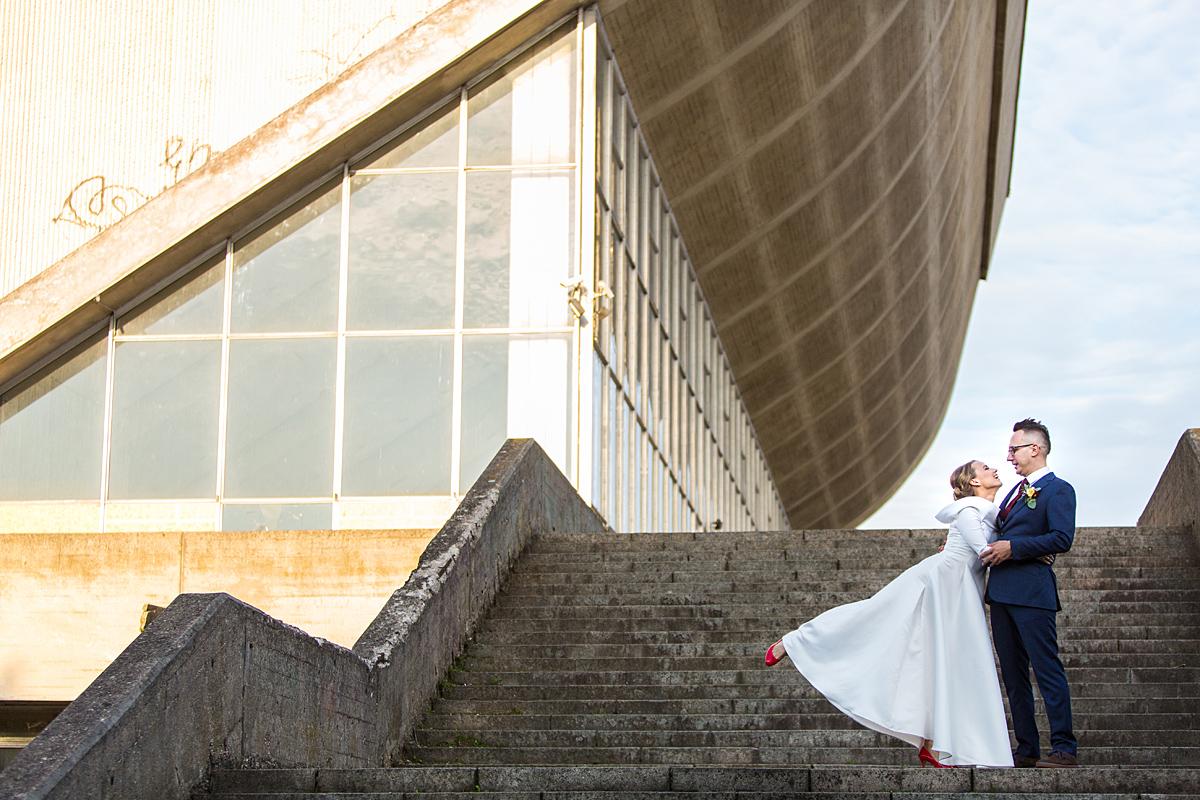 vestuvių akimirka, nuotrauka vestuvėse, sporto rūmai, betoninė architektūra, linijos