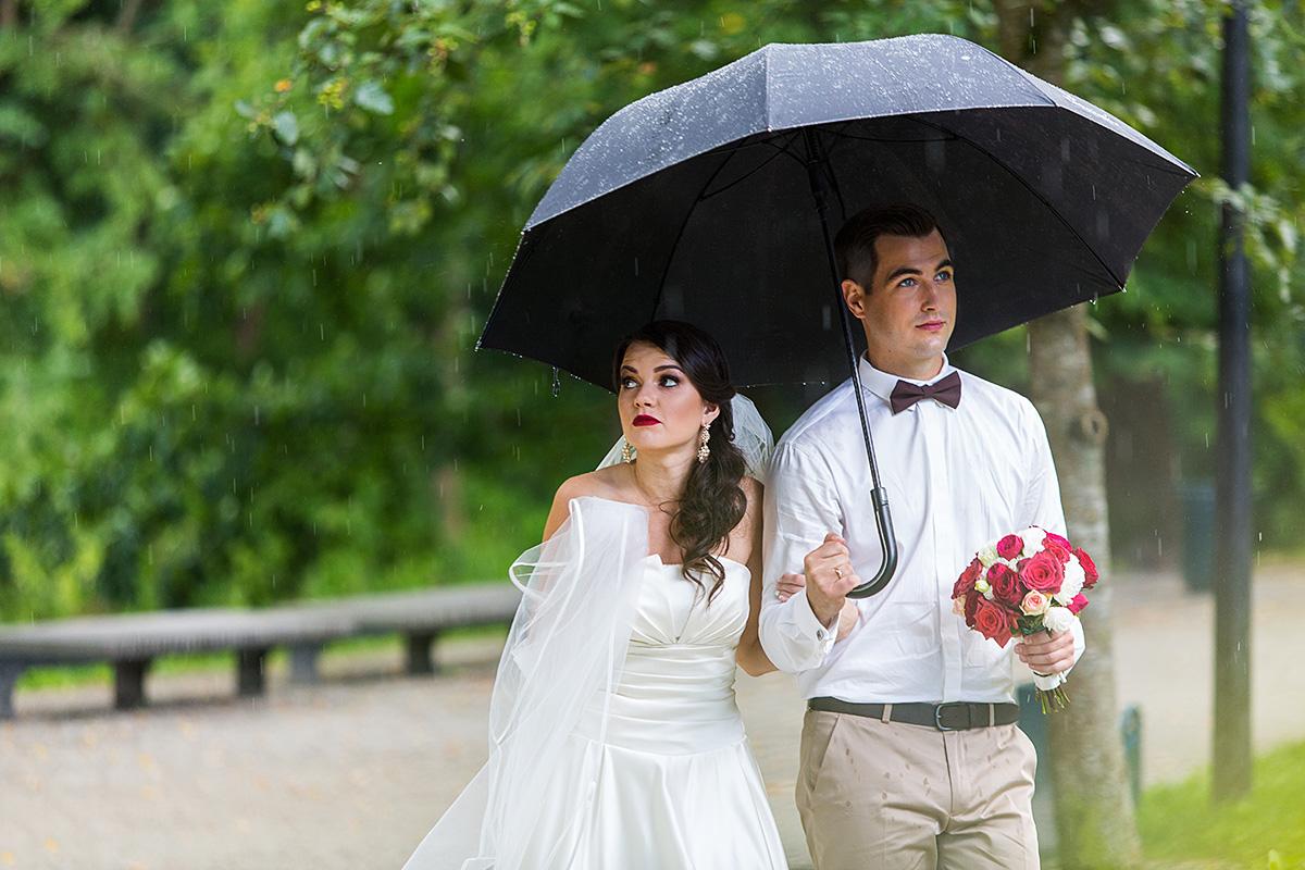 lietingos vestuvės, liūdnas jaunosios žvilgsnis, lietus vestuvėms netrukdo, šlapias fotografas