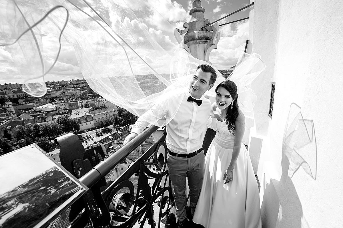 juoda balta nuotrauka, vestuvės vilniuje, fotografas vėjyje, nuometas ir vėjas