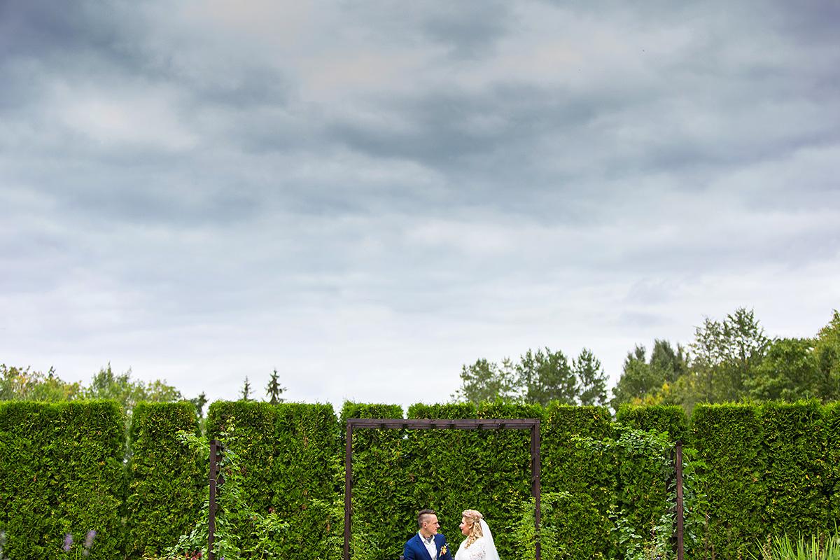 vestuvių fotosesija, sodas, apsiniaukęs dangus, jaunieji sode, vestuvių fotografas Šiauliuose
