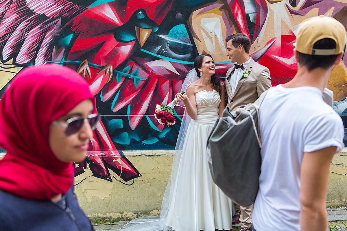 gatvės menas, vestuvių fotosesija vilniuje, praeiviai, juokas, gatvės gyvenimas, fotografas Vilniuje