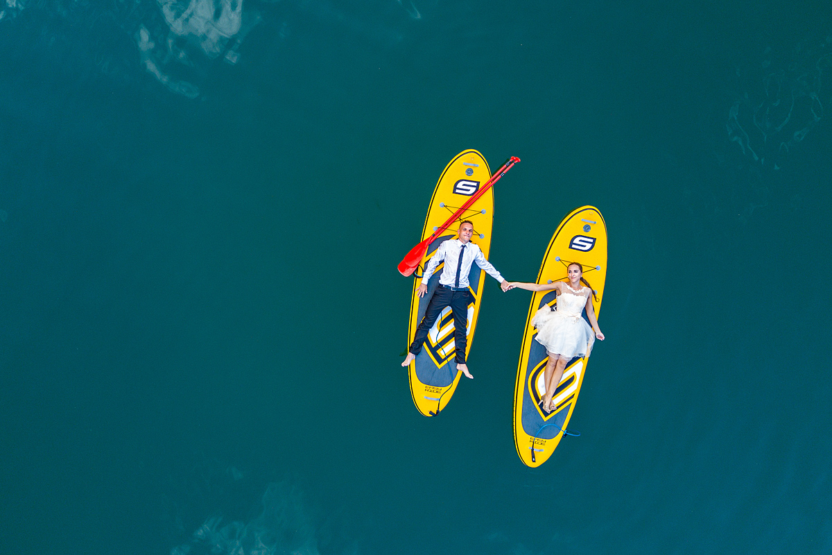 vestuvinė nuotrauka dronu, dronas, ežeras, žalieji ežerai, guli, sup, vanduo, nuotrauka iš oro