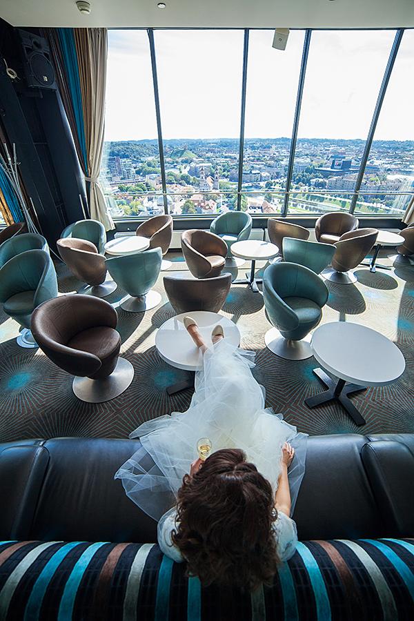 Skybar, fotosesija restorane, vestuvių fotosesija Vilniuje, jaunoji čilina