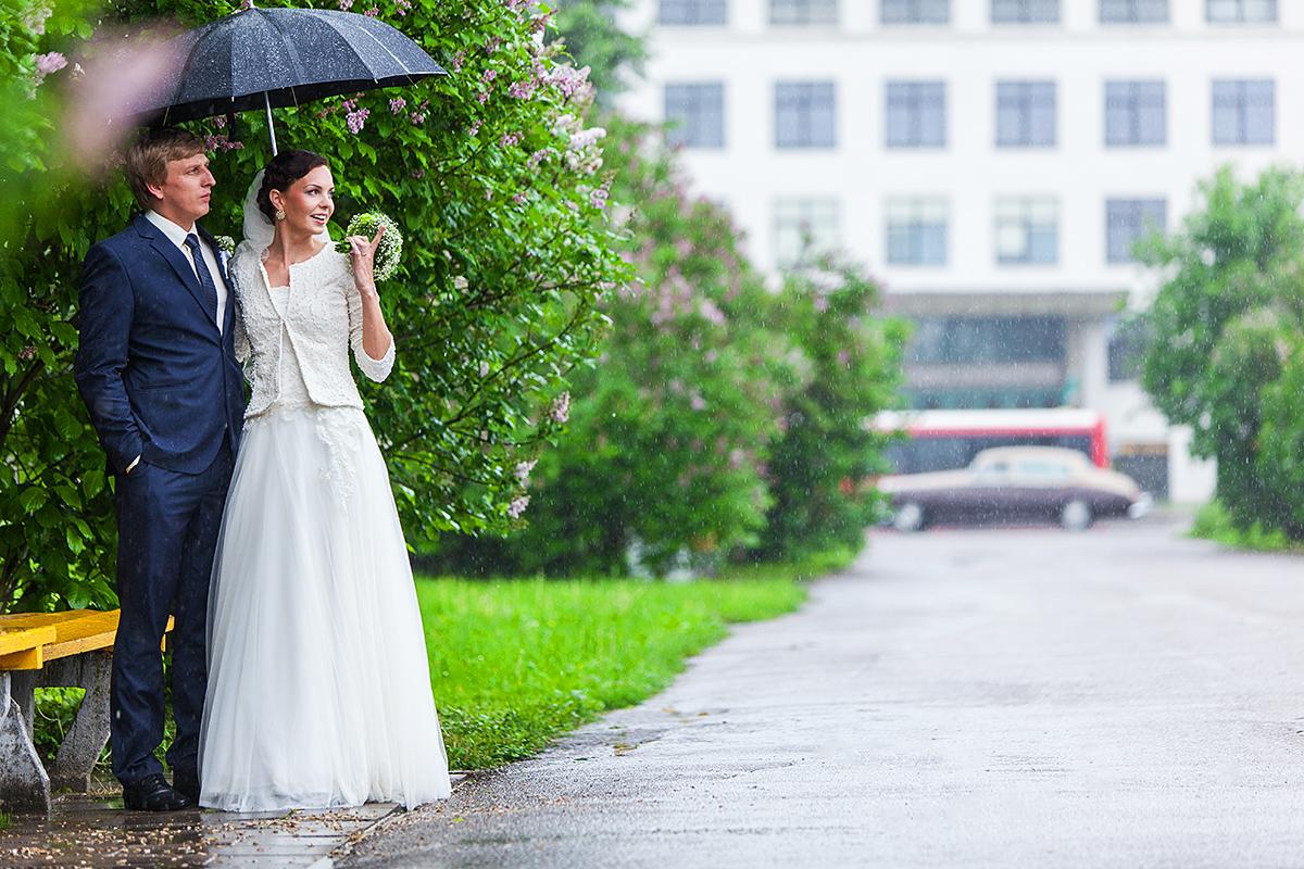 vestuvės per lietų, lietus vestuvėse, jaunieji lietuje, vestuvinė nuotrauka, šlapias vestuvių fotografas