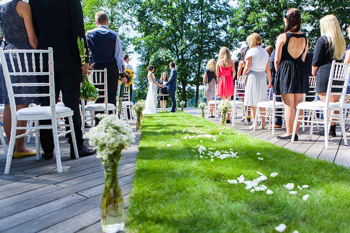 vestuvių ceremonija, išvažiuojamoji vestuvių ceremonija, Tony resort, tikros žolės kilimas, vestuvių fotografas Trakuose