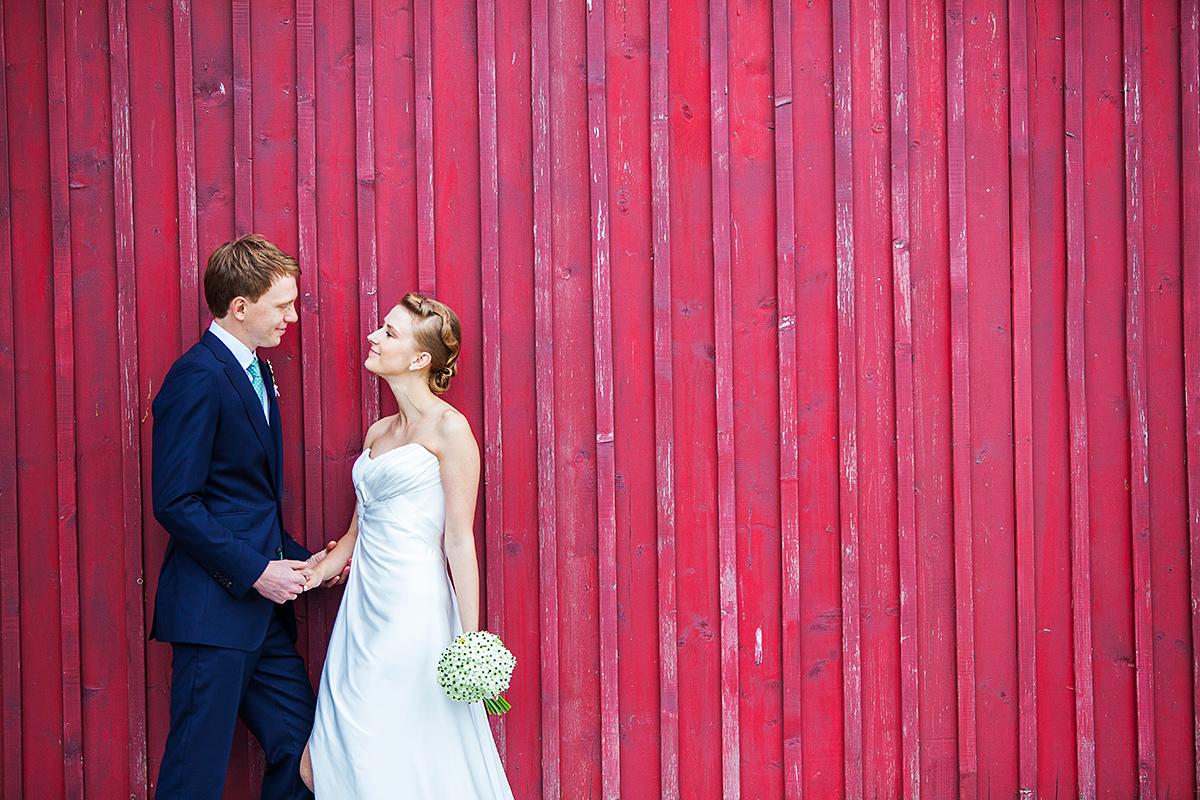 raudona siena, fotografas vestuvėms, jaunieji, vestuvių fotografas pajūryje