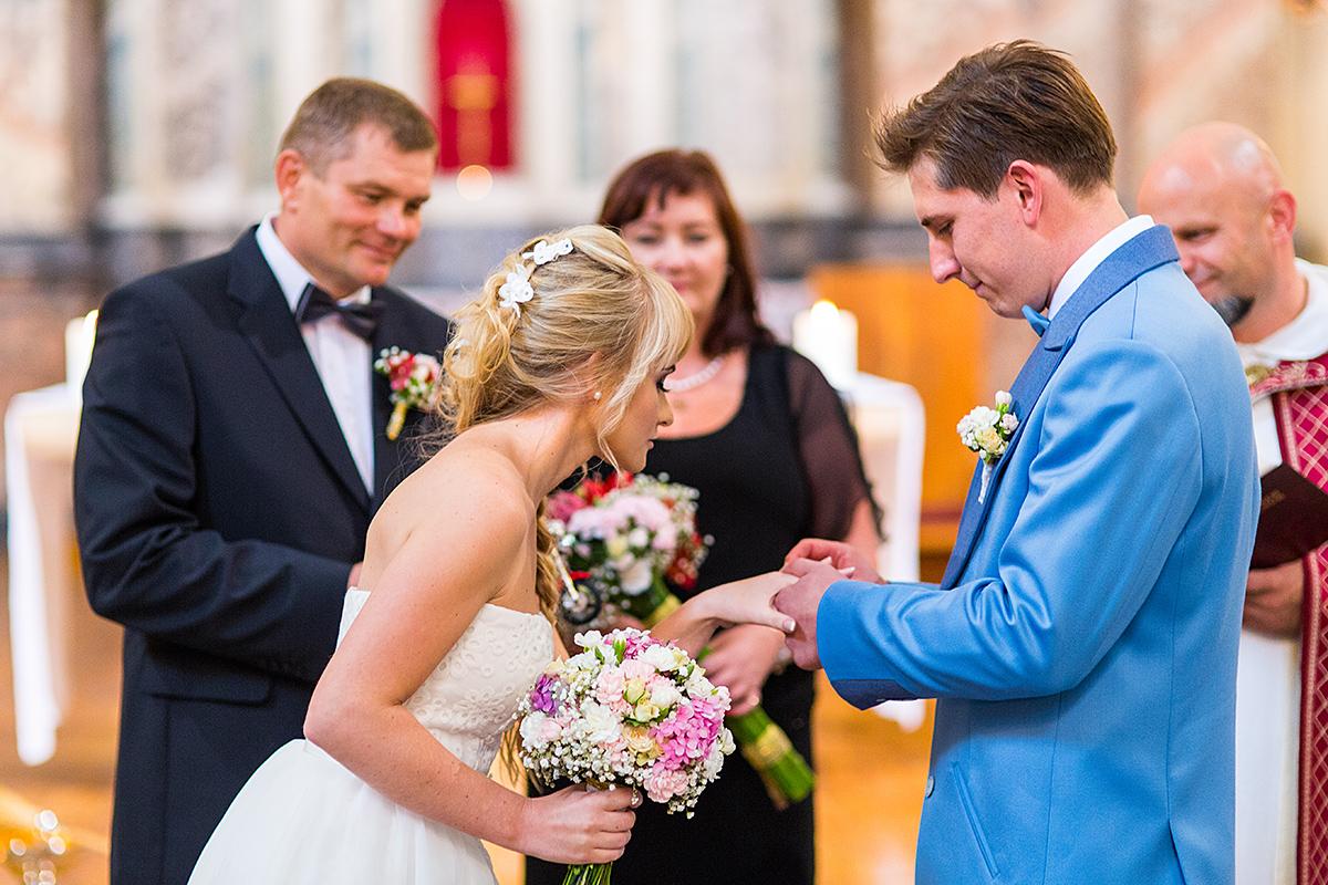 vestuvių ceremonija, vestuvės bažnyčioje, pasikeitimas žiedais, svarbi akimirka