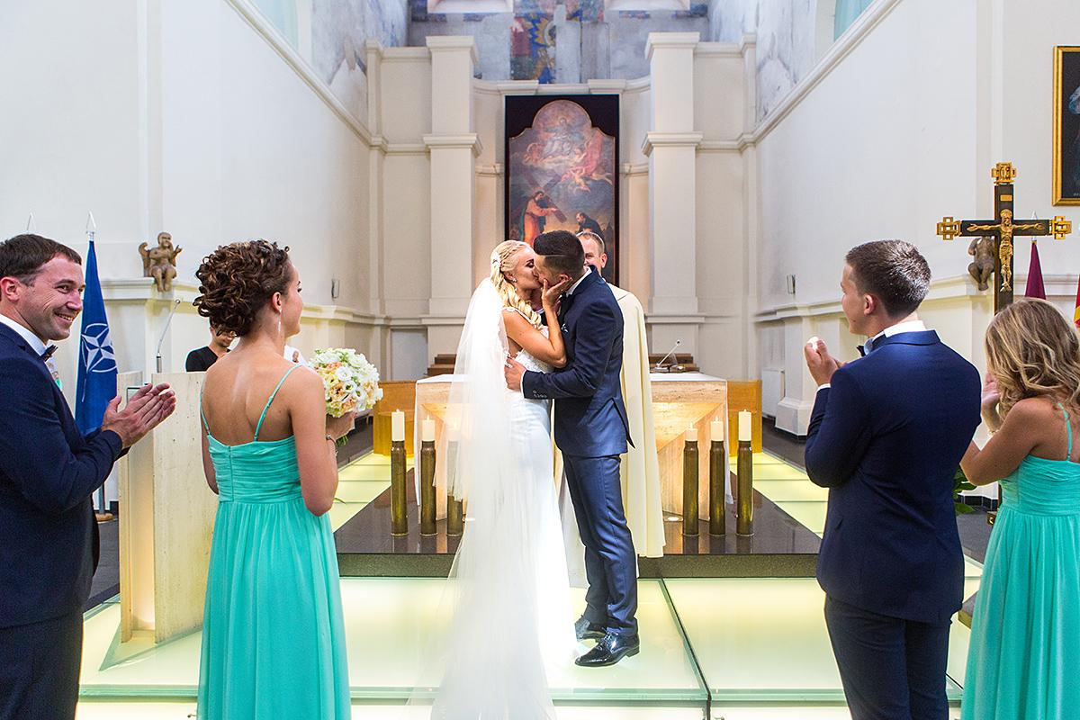jaunųjų bučinys, bažnyčia, Ignoto bažnyčia, bučinys, vestuvių ceremonija, vestuvių fotografas Vilniuje