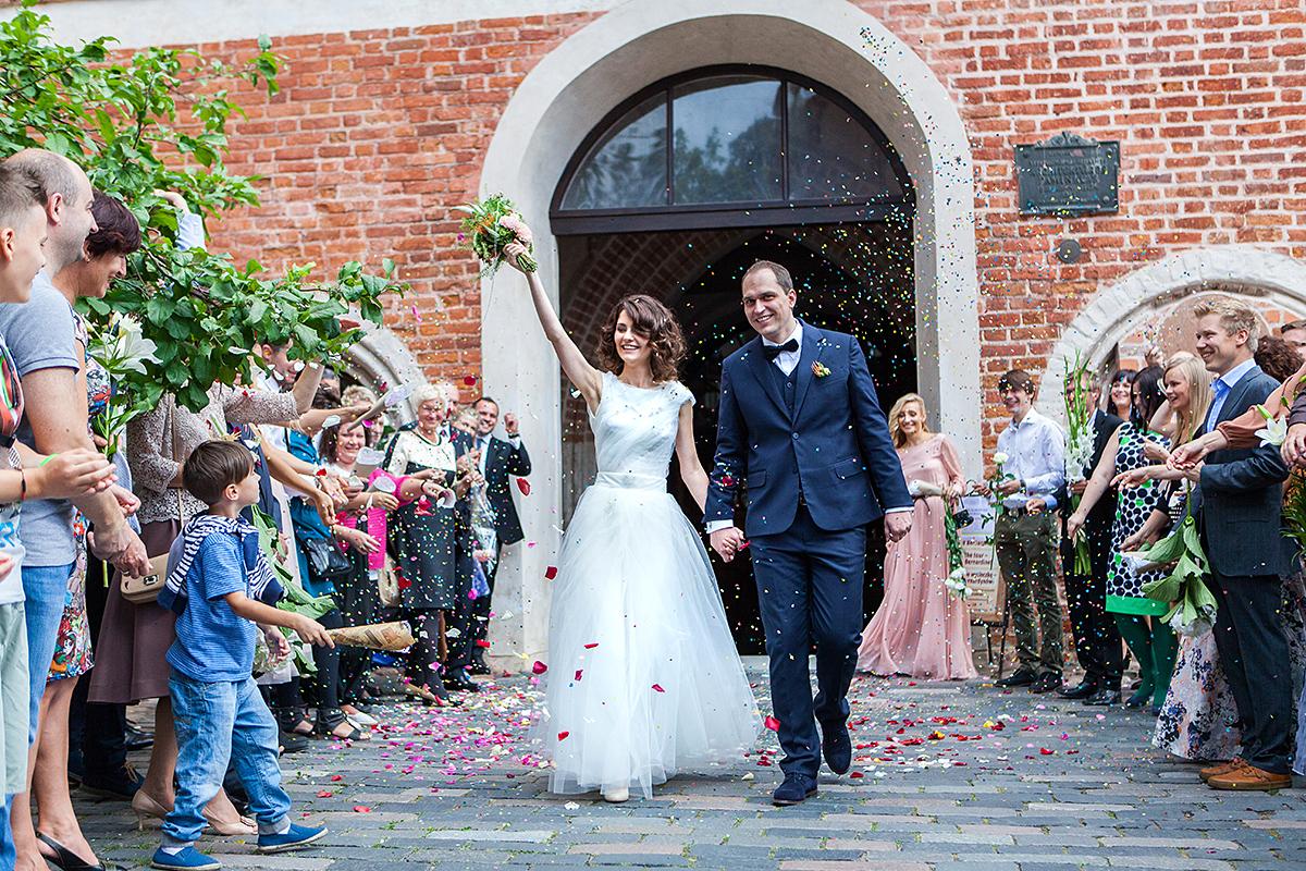 vestuvės bažnyčioje, vestuviniai sveikinimai, išėjimas iš bažnyčios, Vilnius, Mikalojaus bažnyčia, žiedlapiai