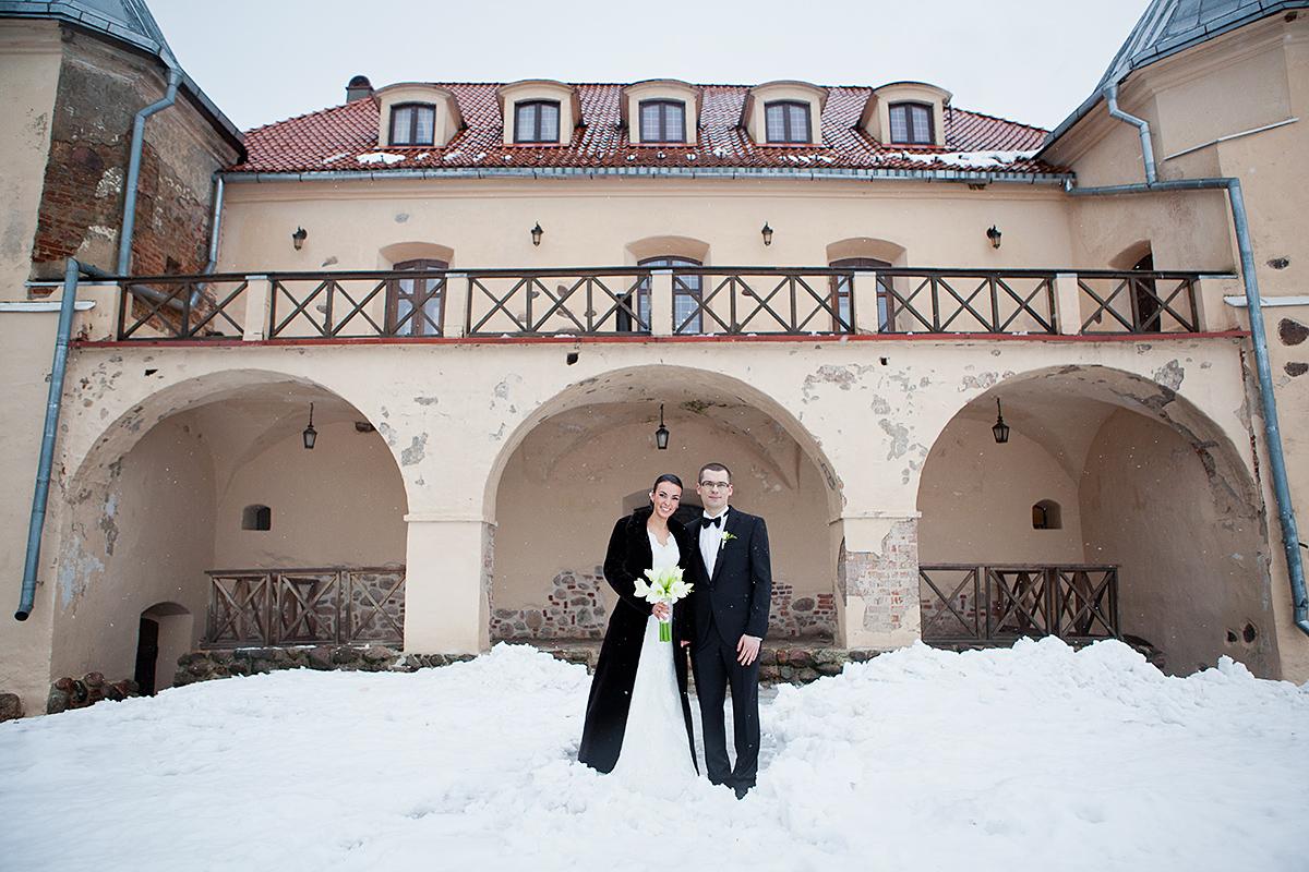 vestuvės žiemą, sniegas vestuvėse, vestuvės pilyje, norviliškių pilis, dieveniškės, vestuvių fotografas visoje Lietuvoje, žiema