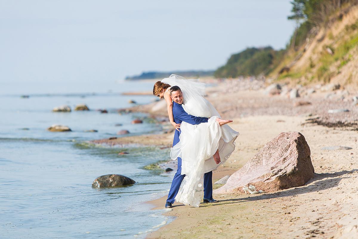 jūra, olando kepurė, vestuvės prie jūros, vestuvių fotografas klaipėdoje, smėlis, jūra