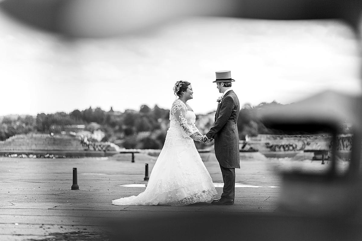 juoda balta, internacionalinės vestuvės, stogas, ant stogo, netradicinė vestuvių nuotrauka