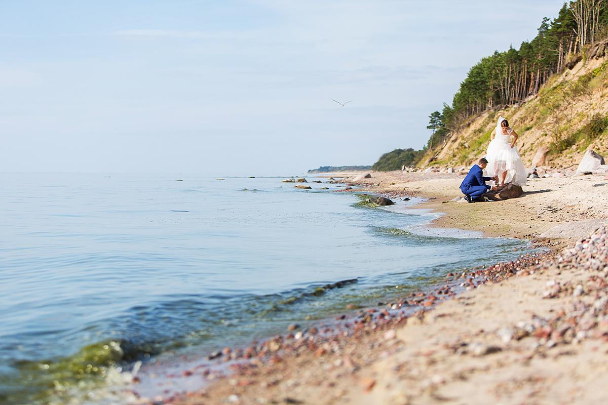 pajūrys, olando kepurė, vestuvės prie jūros, vestuvių fotografas klaipėdoje, smėlis, jūra