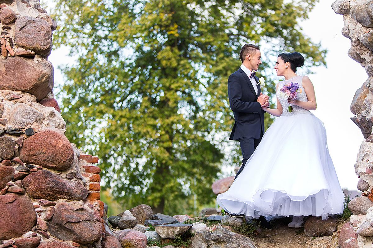 vestuvių kadras, apleista siena, akmeninė siena, jaunieji