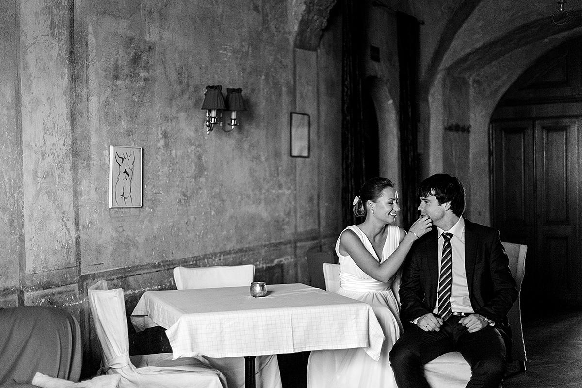 juodai balta nuotrauka, restorane, vestuvių nuotrauka, la boheme, senamiestis