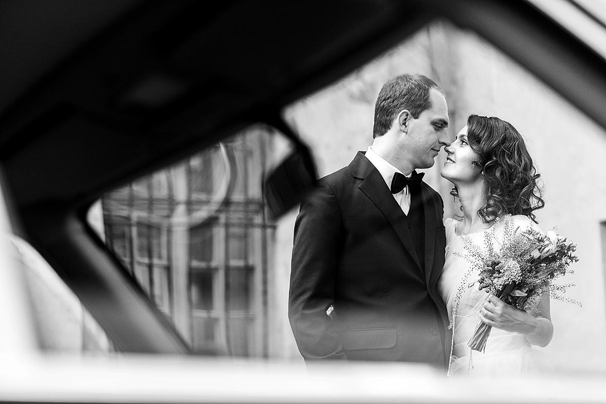 juodai balta, pro langą, senamiestis, meilė, vestuvių fotografas Vilniuje