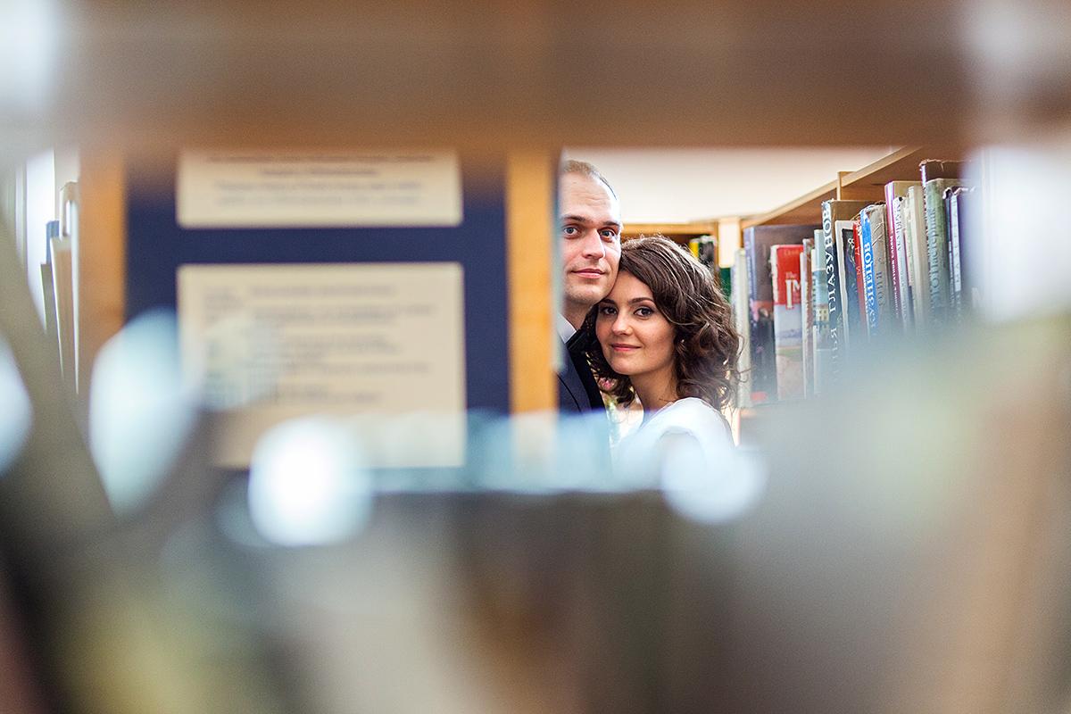 biblioteka, vestuvės bibliotekoje, knygos, lentynos, pasislėpę, vestuvių vaizdai
