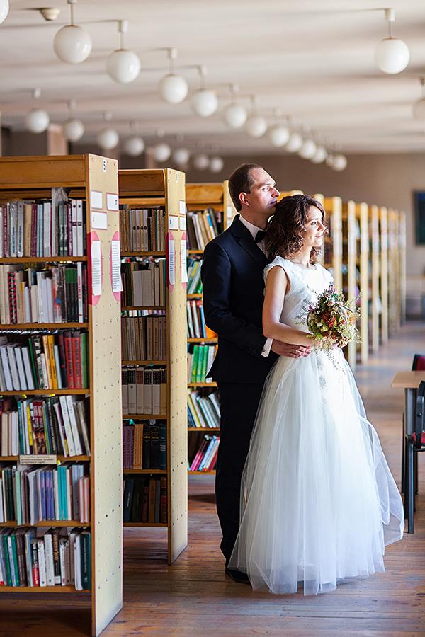 biblioteka, vestuvės bibliotekoje, knygos, lentynos, vestuviu fotografas vilniuje