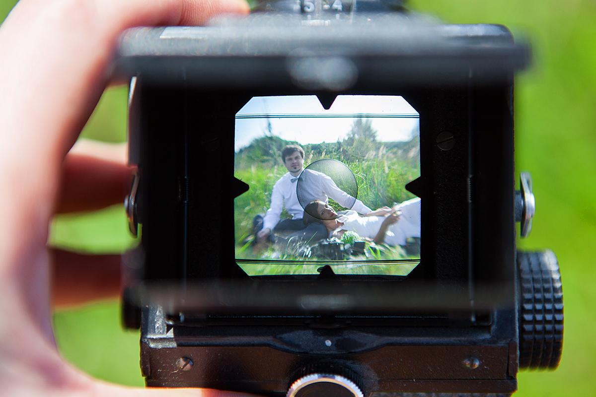 senas fotoaparatas, vestuvių nuotrauka kitaip, pieva, gamta, vintažinis kadras