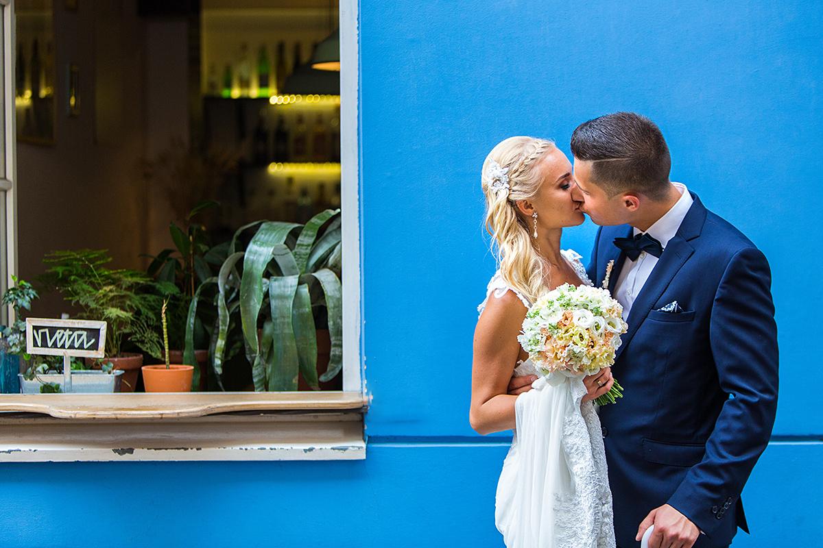 Vestuvinė nuotrauka, jaunoji, balta suknelė, mėlynas kostiumas, vestuvių fotografas