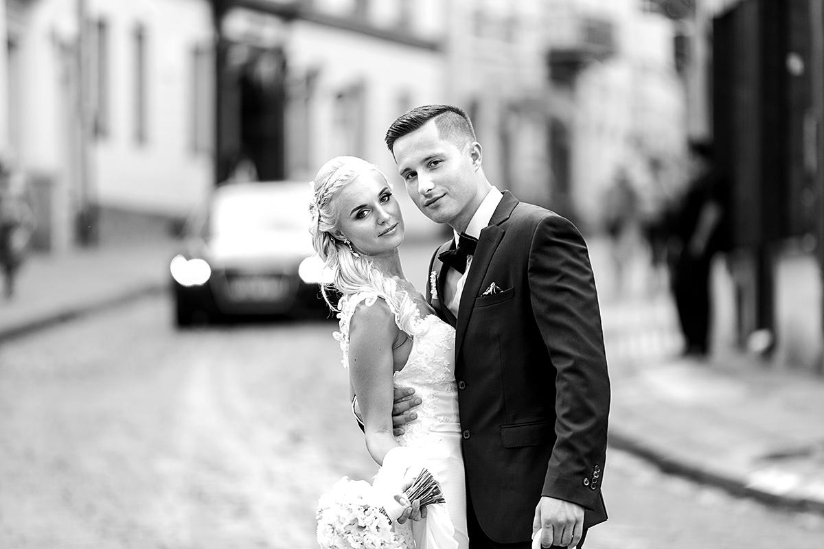 juodai balta nuotrauka, vilniaus gatvė, gatvėje, žvilgsniai