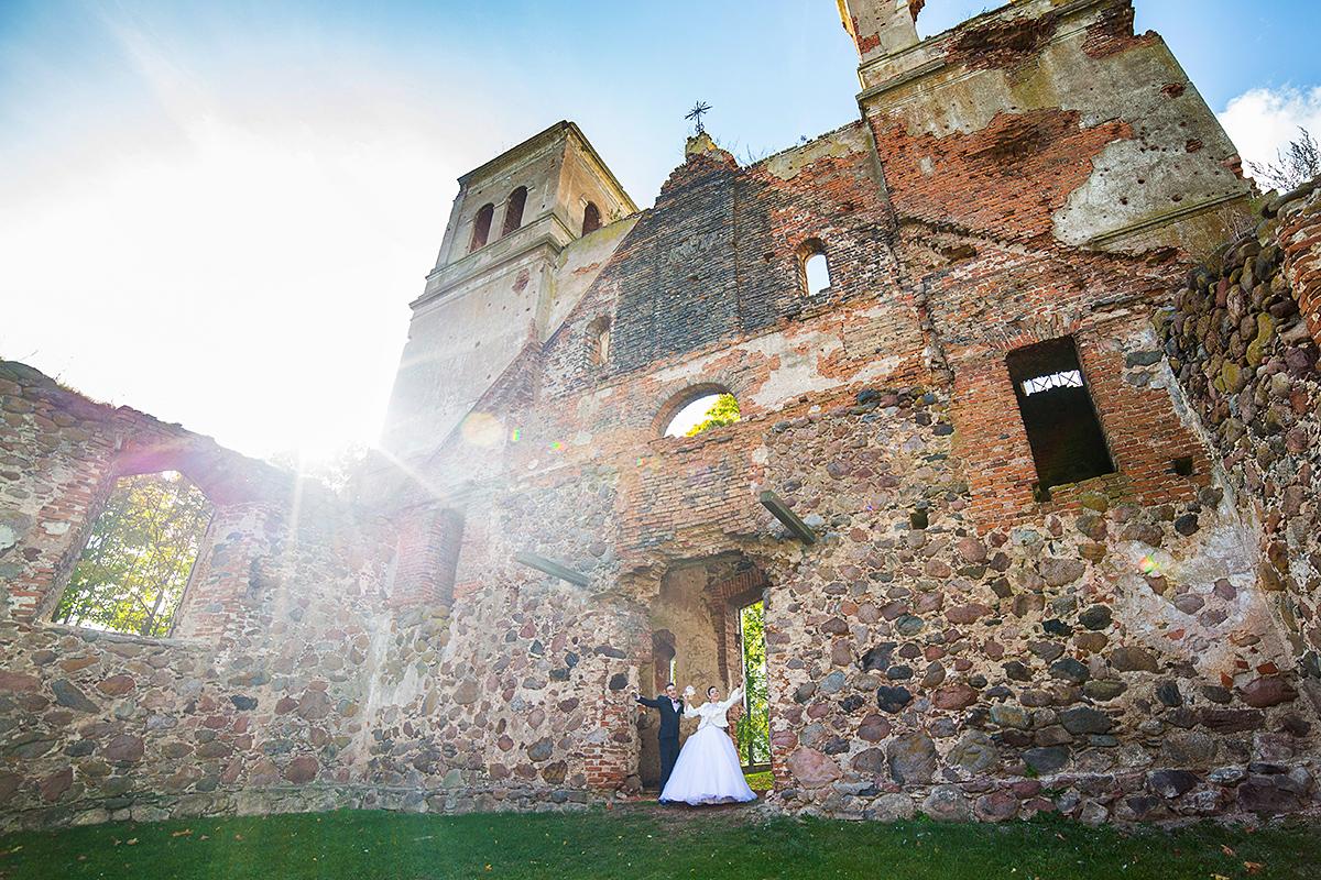 apleista bažnyčia, griuvėsiai, saulė, vestuvių kadras, platus kampas