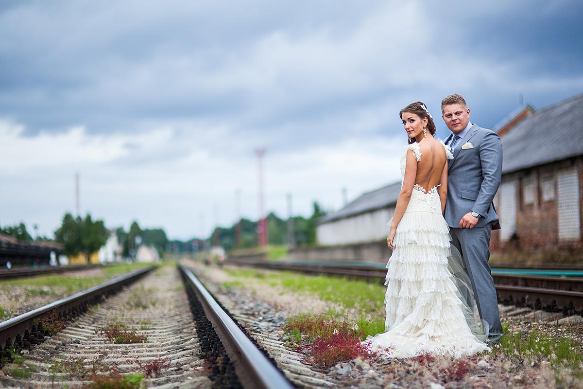 traukinio bėgiai, tamsus dangus, audros debesys, geležinkelis, vestuvių kadras, vestuvių fotografas